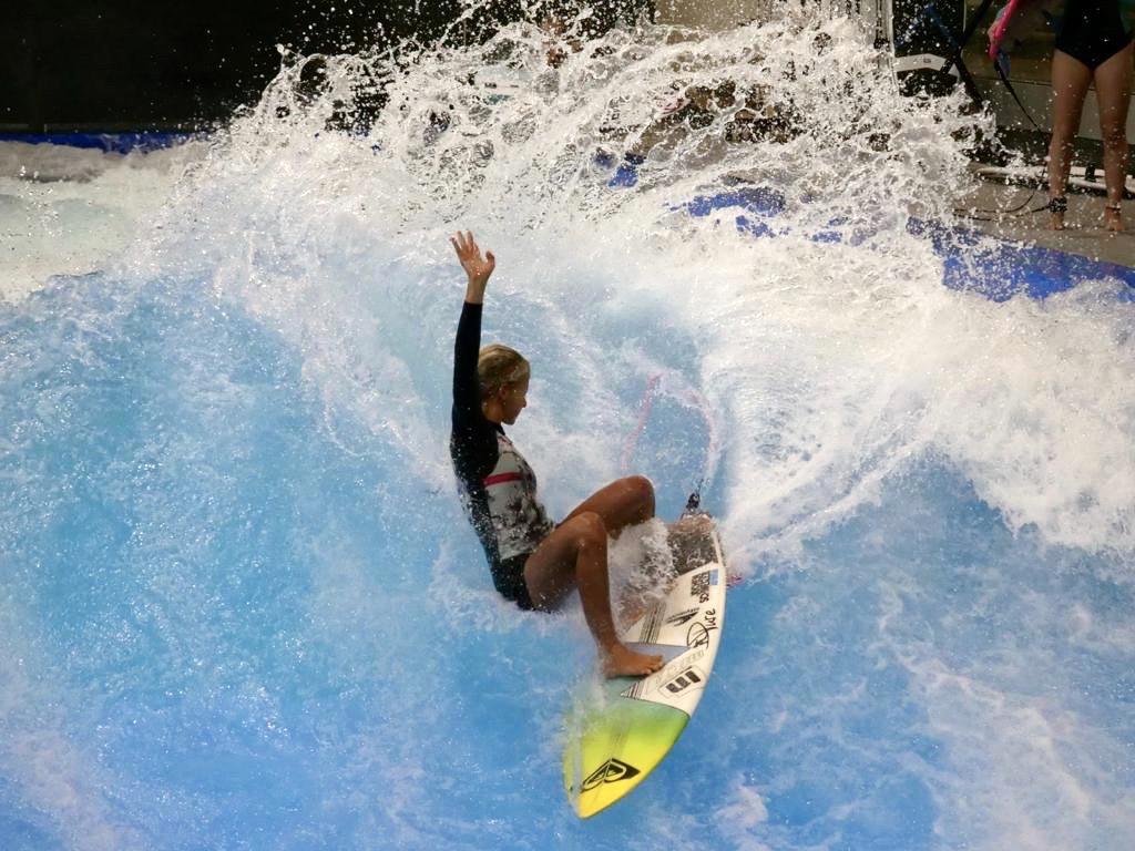 Rosina Neuerer beim Indoor-Surfen in der Jochen Schweizer Arena.