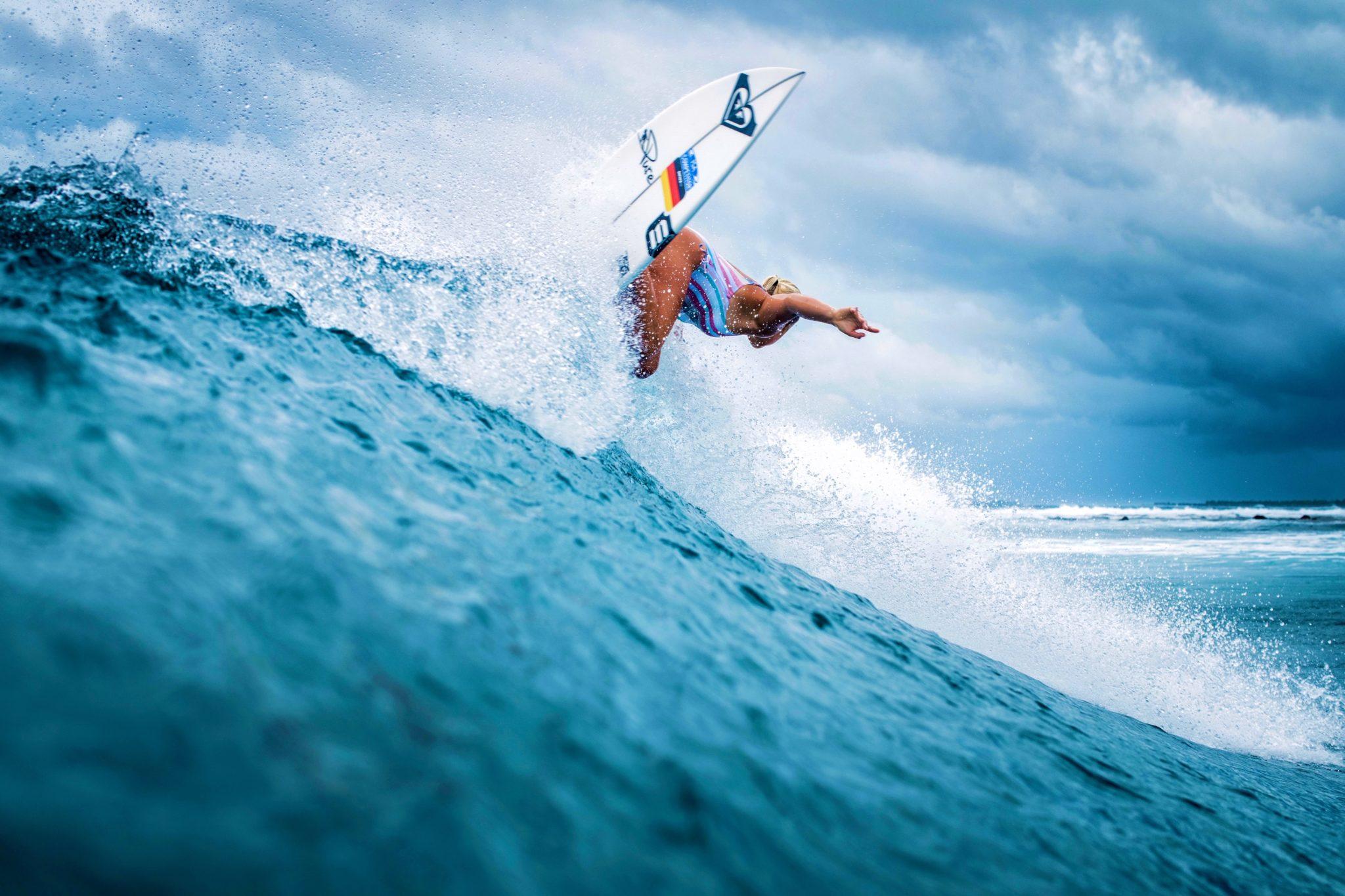 Rosina Neuerer surft gerne am Hotspot Malediven